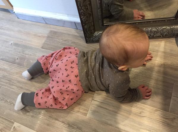 Kostenloses Schnittmuster Pumphose für Babys und Krabbelkinder aus rosa Musselin