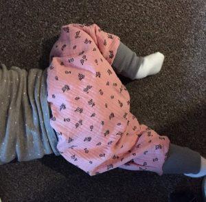 Tragebild Pumphose Purzelinchen für das Baby - aus Musselin