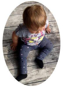 Kostenloses Schnittmuster für die Baby- und Kinderleggings Luna. Ideal auch für Frühchen, als Geschenk zur Geburt oder um ein Partner-Outfit für die Puppe zu nähen. #nähen #nähenfürkinder #kostenlosesschnittmuster #k-nähleon