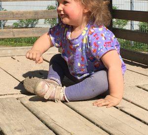 Schnelles T-Shirt mit Fledermausärmeln nähen - Tragebild auf Spielplatz