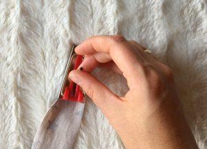 Jersey Schrägband durch den Schrägbandformer mit einer Nadel durchziehen