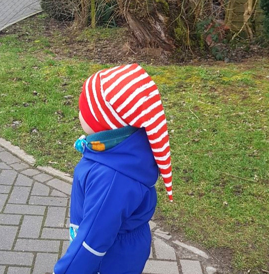 Schnittmuster Zipfelmütze Zoe für Kinder mit roten Streifen