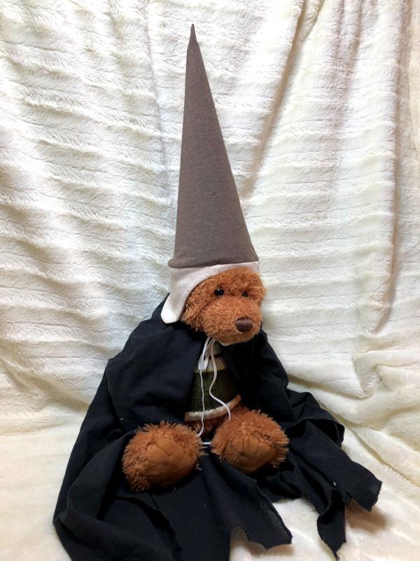 Bär mit selbstgenähtem Zauber-Kostüm: Umhang und spitzer Hut