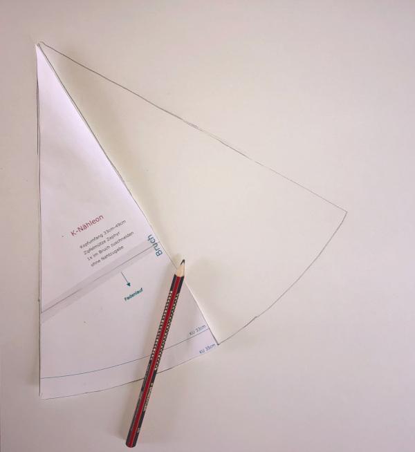Hexenhut nähen - eine Pappe zuschneiden mit dem kostenlosem Schnittmuster