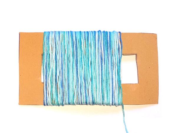 Garn gleichmäßig auf die Papp-Schablone aufwickeln