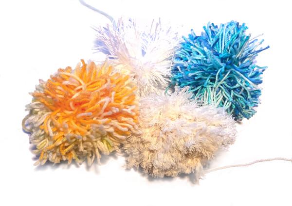 Pompons selber machen für eine Weihnachts-Mütze